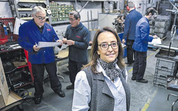 La presidenta del Centro Metalúrgico y gerente de Muelles y Resortes Bosch, Alicia Bosch, rodeada de sus trabajadores en la empresa
